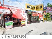 Купить «Лавки и магазинчики в туристическом районе острова Панглао», фото № 3987908, снято 6 мая 2012 г. (c) Сергей Дубров / Фотобанк Лори