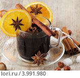 Купить «Горячее вино в стеклянной чашке с апельсином и пряностями», фото № 3991980, снято 30 октября 2012 г. (c) Tatjana Baibakova / Фотобанк Лори