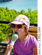 Купить «Девочка ест мороженое», эксклюзивное фото № 3992044, снято 25 февраля 2010 г. (c) Куликова Вероника / Фотобанк Лори