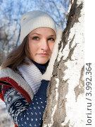 Зимний портрет девушки у березки. Стоковое фото, фотограф Момотюк Сергей / Фотобанк Лори