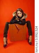 Девушка с чемоданом на красном фоне. Стоковое фото, фотограф Наталья Фролова / Фотобанк Лори