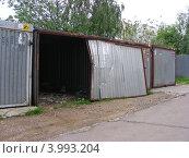 Купить «Металлические гаражи во дворе дома на Новокосинской улице, район Новокосино, Москва», эксклюзивное фото № 3993204, снято 7 июня 2012 г. (c) lana1501 / Фотобанк Лори