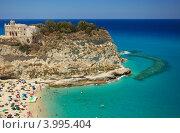 Купить «Живописный берег с песчаным пляжем, Тропея, Италия», фото № 3995404, снято 18 июля 2012 г. (c) Наталия Македа / Фотобанк Лори