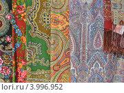Купить «Торговля павловопосадскими платками», эксклюзивное фото № 3996952, снято 16 мая 2012 г. (c) lana1501 / Фотобанк Лори