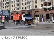Купить «Поливочная машина моет асфальт на площади Революции, Москва», эксклюзивное фото № 3996956, снято 16 мая 2012 г. (c) lana1501 / Фотобанк Лори