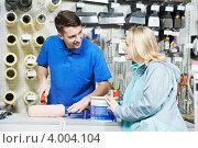 Купить «Продавец демонстрирует малярный валик покупателю», фото № 4004104, снято 3 ноября 2012 г. (c) Дмитрий Калиновский / Фотобанк Лори