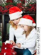 Купить «Мама с дочкой в новогодних колпаках пишут письмо Деду морозу», фото № 4007264, снято 4 ноября 2012 г. (c) Оксана Гильман / Фотобанк Лори