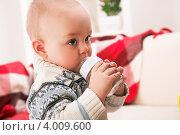 Купить «Ребенок пьет из бутылочки», фото № 4009600, снято 20 марта 2012 г. (c) Коваль Василий / Фотобанк Лори