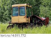 Заброшенный гусеничный трактор. Стоковое фото, фотограф Фатима Арсамакова / Фотобанк Лори