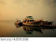 Причал с лодками теплым утром на озере (2010 год). Редакционное фото, фотограф Филипп Чистяков / Фотобанк Лори