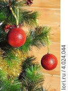 Елочные шарики на ветке с мишурой. Стоковое фото, фотограф Елена Шуршилина / Фотобанк Лори