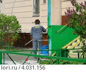 Купить «Ремонтные работы около подъезда жилого дома, район Новокосино, Москва», эксклюзивное фото № 4031156, снято 5 мая 2012 г. (c) lana1501 / Фотобанк Лори