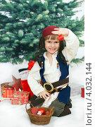 Купить «Маленький  мальчик в костюме пирата украшает новогоднюю елку», фото № 4032144, снято 18 ноября 2012 г. (c) Юлия Кузнецова / Фотобанк Лори