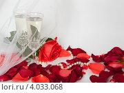 Купить «Два бокала с шампанским на фоне лепестков роз и фаты», фото № 4033068, снято 19 ноября 2012 г. (c) Екатерина Панфилова / Фотобанк Лори