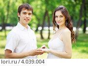Красивая молодая пара держится за руки в парке. Стоковое фото, фотограф Sergey Nivens / Фотобанк Лори