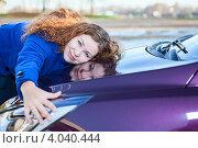 Купить «Девушка обнимает капот автомобиля», фото № 4040444, снято 10 ноября 2012 г. (c) Кекяляйнен Андрей / Фотобанк Лори