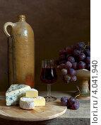 Старинная винная бутылка, сыр с плесенью, виноград. Стоковое фото, фотограф Julia Ovchinnikova / Фотобанк Лори