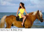 Купить «Симпатичная молодая женщина верхом на лошади на морском пляже», фото № 4042912, снято 24 июля 2011 г. (c) Сергей Сухоруков / Фотобанк Лори