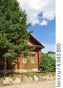 Купить «Деревянный коттедж среди сосен», фото № 4043800, снято 6 августа 2011 г. (c) Голованов Сергей / Фотобанк Лори