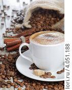 Свежий ароматный кофе, кофейные зерна и корица, фото № 4051188, снято 3 декабря 2011 г. (c) Tatjana Baibakova / Фотобанк Лори