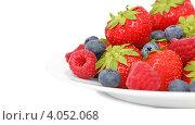 Купить «Ягоды на тарелке (на белом фоне)», фото № 4052068, снято 17 августа 2012 г. (c) Самохвалов Артем / Фотобанк Лори