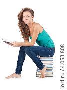 Купить «Молодая студентка сидит на стопке книг», фото № 4053808, снято 22 августа 2012 г. (c) Elnur / Фотобанк Лори
