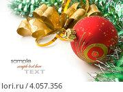 Купить «Новогодний фон с большим красным шаром и мишурой с местом для текста», фото № 4057356, снято 13 ноября 2010 г. (c) Олег Жуков / Фотобанк Лори