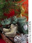 Купить «Новогодние подарки и украшения под елкой», фото № 4059476, снято 25 ноября 2012 г. (c) Игорь Соколов / Фотобанк Лори