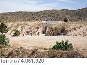 Дома берберов, вырубленные в горах, Matmata, Tunisia. Вход в пещеру (2012 год). Стоковое фото, фотограф Кекяляйнен Андрей / Фотобанк Лори