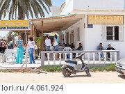 Придорожное кафе с открытой террасой для посетителей, Тунис, Африка (2012 год). Редакционное фото, фотограф Кекяляйнен Андрей / Фотобанк Лори