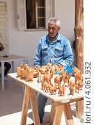 Продавец сувенирами в придорожном кафе. Тунис, Африка (2012 год). Редакционное фото, фотограф Кекяляйнен Андрей / Фотобанк Лори