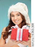 Купить «Жизнерадостная девушка с длинными волосами в серебристом колпаке Санты-Клауса и белой короткой юбке», фото № 4063308, снято 22 ноября 2011 г. (c) Syda Productions / Фотобанк Лори