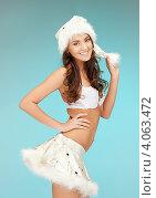 Купить «Жизнерадостная девушка с длинными волосами в серебристом колпаке Санты-Клауса и белой короткой юбке», фото № 4063472, снято 22 ноября 2011 г. (c) Syda Productions / Фотобанк Лори
