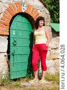 Купить «Женщина среднего возраста возле большой запертой дверью», эксклюзивное фото № 4064028, снято 10 августа 2012 г. (c) Игорь Низов / Фотобанк Лори