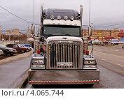 Купить «Freightliner - американский седельный тягач», фото № 4065744, снято 14 ноября 2012 г. (c) Павел Кричевцов / Фотобанк Лори