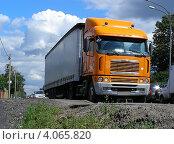 Грузовая машина-фура едет по Щелковскому шоссе. Московская область, эксклюзивное фото № 4065820, снято 18 июля 2012 г. (c) lana1501 / Фотобанк Лори