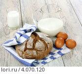Купить «Молоко, хлеб и яйца на деревянном столе», фото № 4070120, снято 2 декабря 2012 г. (c) Надежда Мишкова / Фотобанк Лори