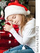 Купить «Уставшая девочка с подарками спит около новогодней елки», фото № 4071012, снято 4 ноября 2012 г. (c) Оксана Гильман / Фотобанк Лори