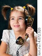 Купить «Милая девочка с телефоном», эксклюзивное фото № 4072920, снято 2 декабря 2012 г. (c) Куликова Вероника / Фотобанк Лори