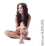 Купить «Обнаженная брюнетка сидит на белом фоне», фото № 4073372, снято 21 октября 2011 г. (c) Гурьянов Андрей / Фотобанк Лори
