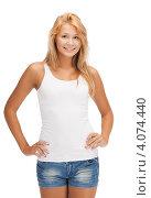 Купить «Юная привлекательная девушка в джинсовых шортах на белом фоне», фото № 4074440, снято 31 июля 2012 г. (c) Syda Productions / Фотобанк Лори