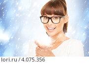 Купить «Симпатичная брюнетка в очках с сиянием в ладонях», фото № 4075356, снято 27 июня 2010 г. (c) Syda Productions / Фотобанк Лори