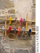 Купить «На стене магазина обуви», фото № 4076800, снято 8 сентября 2011 г. (c) Ксения Доброскок / Фотобанк Лори
