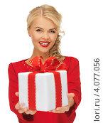Купить «Привлекательная девушка с длинными волосами с подарком, перевязанным лентой, в руках на белом фоне», фото № 4077056, снято 7 октября 2012 г. (c) Syda Productions / Фотобанк Лори