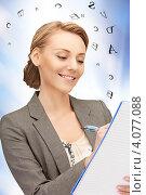 Купить «Молодая деловая женщина с документами в руках», фото № 4077088, снято 27 мая 2019 г. (c) Syda Productions / Фотобанк Лори