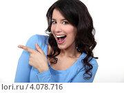 Купить «Счастливая брюнетка указывает пальцем направление», фото № 4078716, снято 21 марта 2011 г. (c) Phovoir Images / Фотобанк Лори