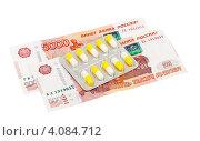 Таблетки на фоне денег. Стоковое фото, фотограф FotograFF / Фотобанк Лори