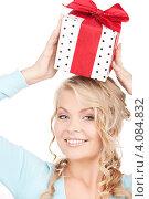 Купить «Привлекательная молодая женщина с подарком с бантом в руках», фото № 4084832, снято 26 сентября 2009 г. (c) Syda Productions / Фотобанк Лори