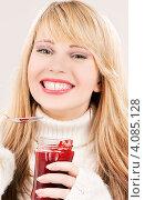 Купить «Молодая женщина со светлыми волосами в свитере с малиновым джемом в руках», фото № 4085128, снято 7 марта 2009 г. (c) Syda Productions / Фотобанк Лори