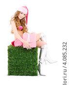 Купить «Привлекательная сексуальная девушка в колпаке Санта-Клауса с подарком, перевязанным лентой, в руках», фото № 4085232, снято 20 сентября 2008 г. (c) Syda Productions / Фотобанк Лори